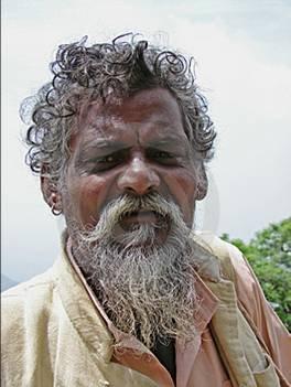 uomo con barba e capelli arruffati