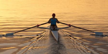 rowing skiff al tramonto