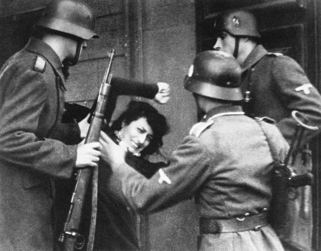 soldati tedeschi aggrediscono anna magnani nel film roma città aperta