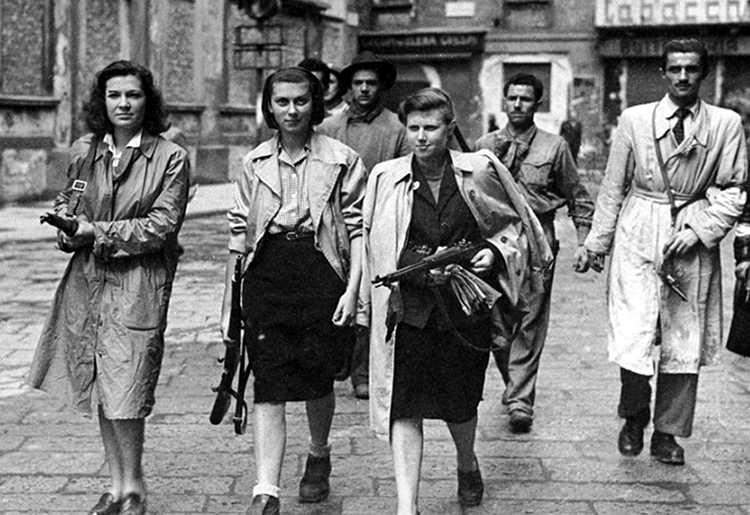 donne partigiane con fucili