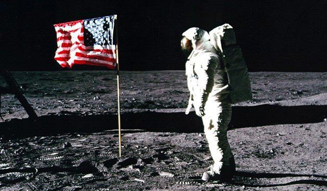 astronauta americano sulla luna con bandiera